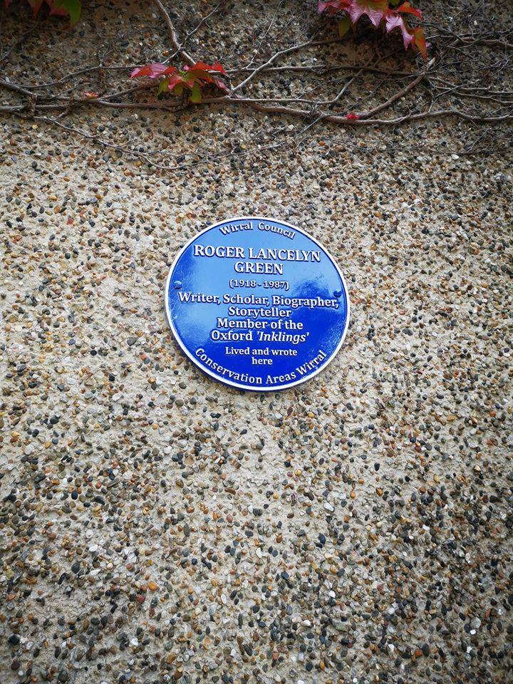 blue plaque stating roger lancelyn green lived in poulton hall, bebington
