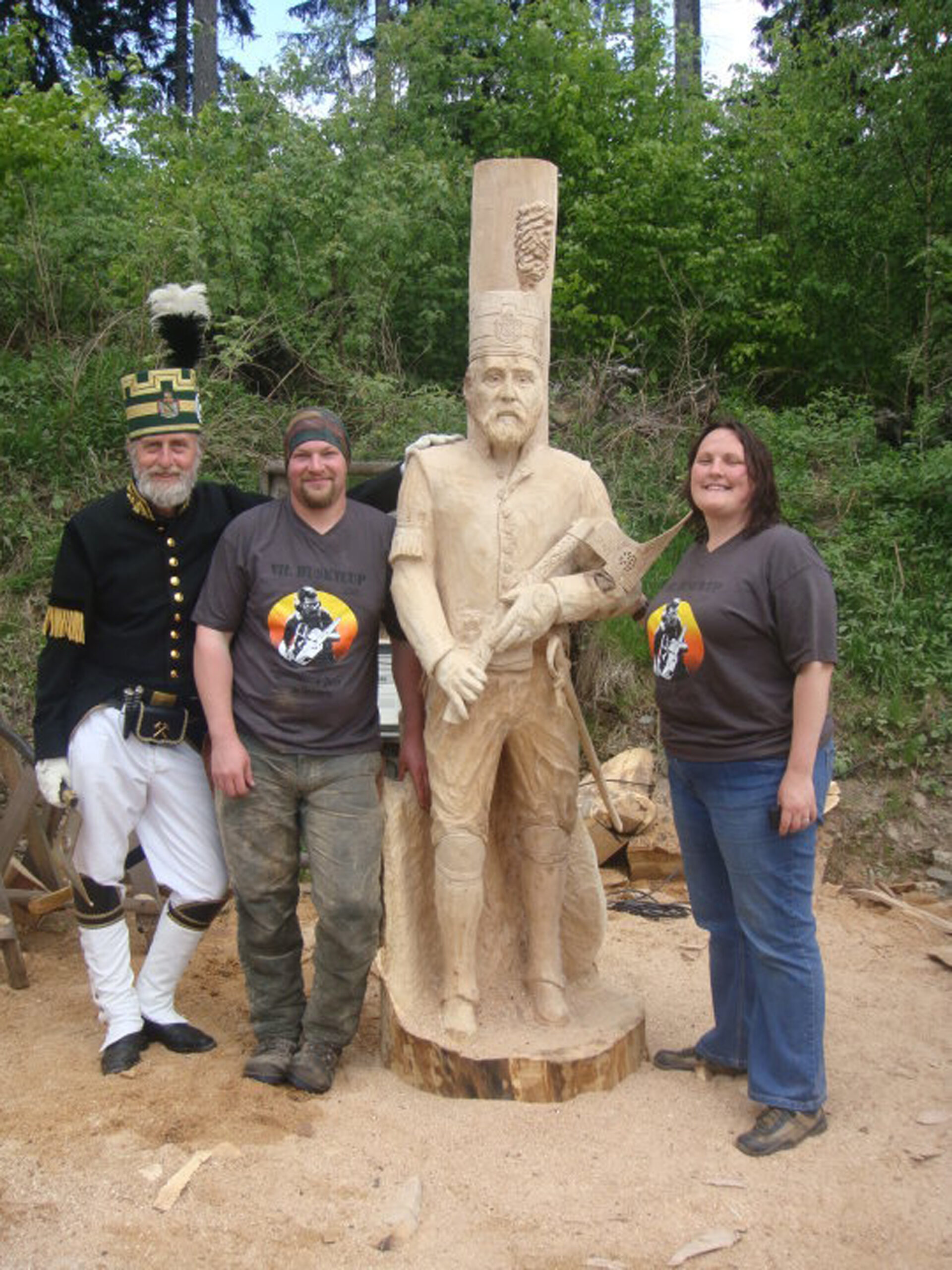 Simon and Liz O'Rourke pictured with Knut, an miner from the ore region and his likeness that simon carved in oak at huskycup 2010