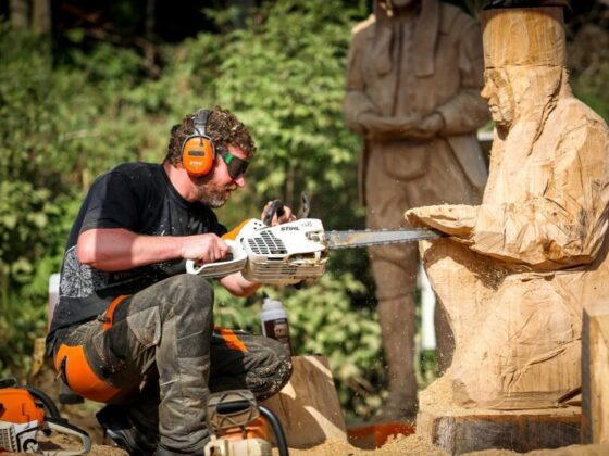 simon o'rourke carving an old German miner at the Huskycup